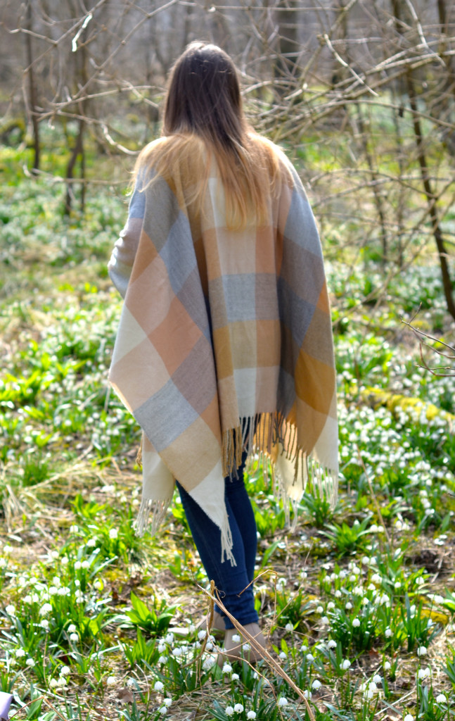 Poncho Review, Poncho Fashion ID; Chelsea Boots Beige