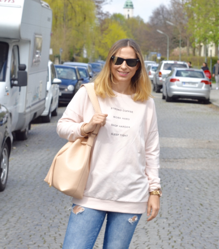 Bershka Pullover Word Hard, Zara Ripped Jeans. Zara Stella Mc Cartney Stil Schuhe, Ray Ban